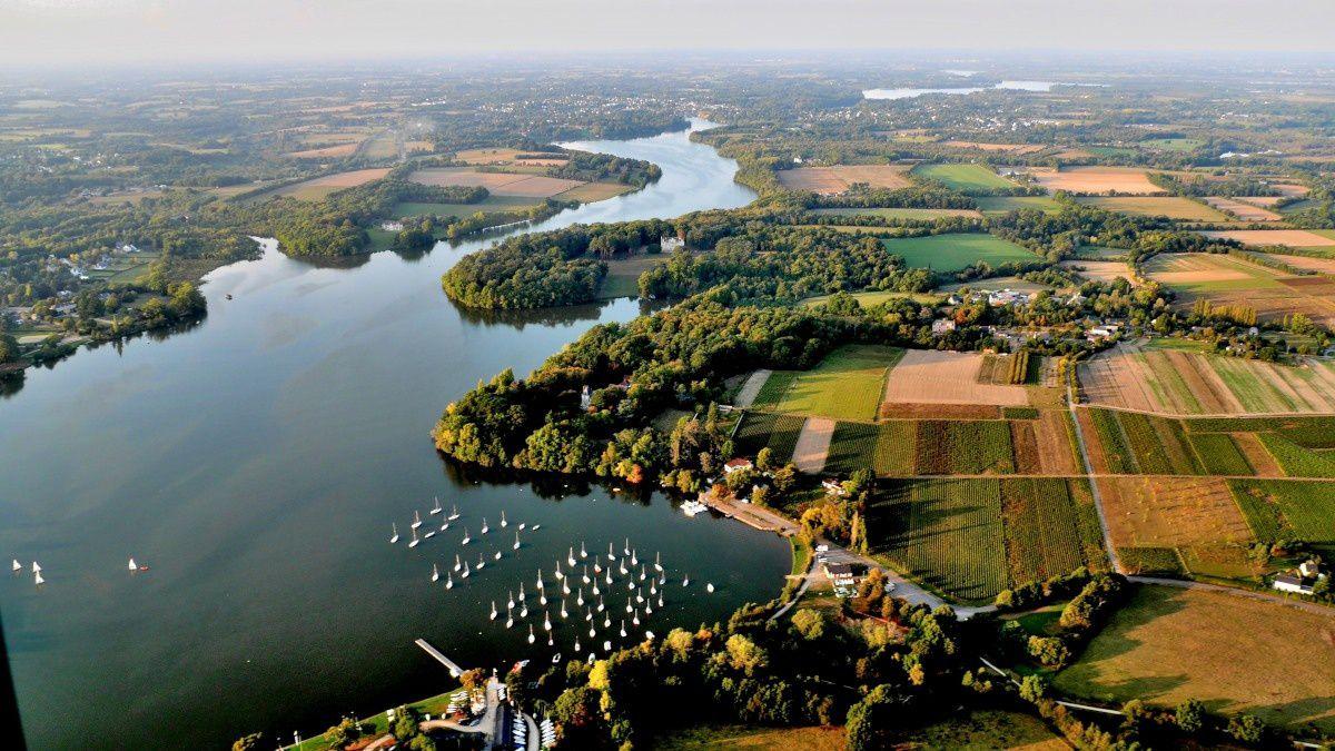 (L'Erdre à l'est de Nantes, de la rive gauche à la rive droite, jusqu'au clocher de Carquefou)