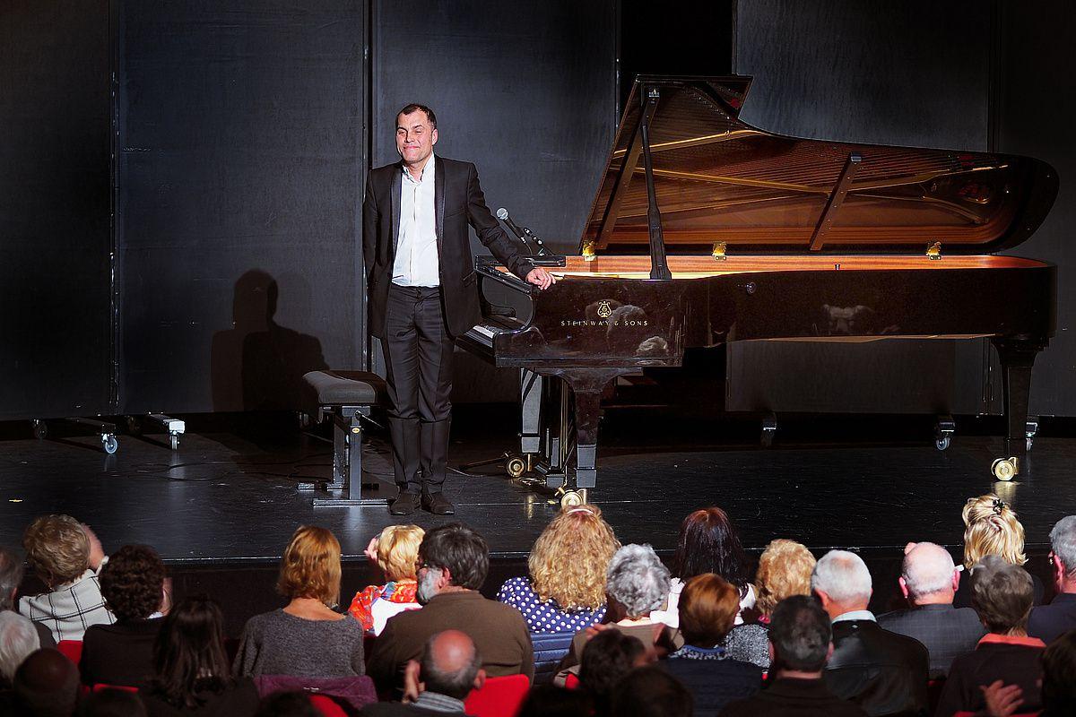 élégance des mains d'Hervé BILLAUT sur le piano