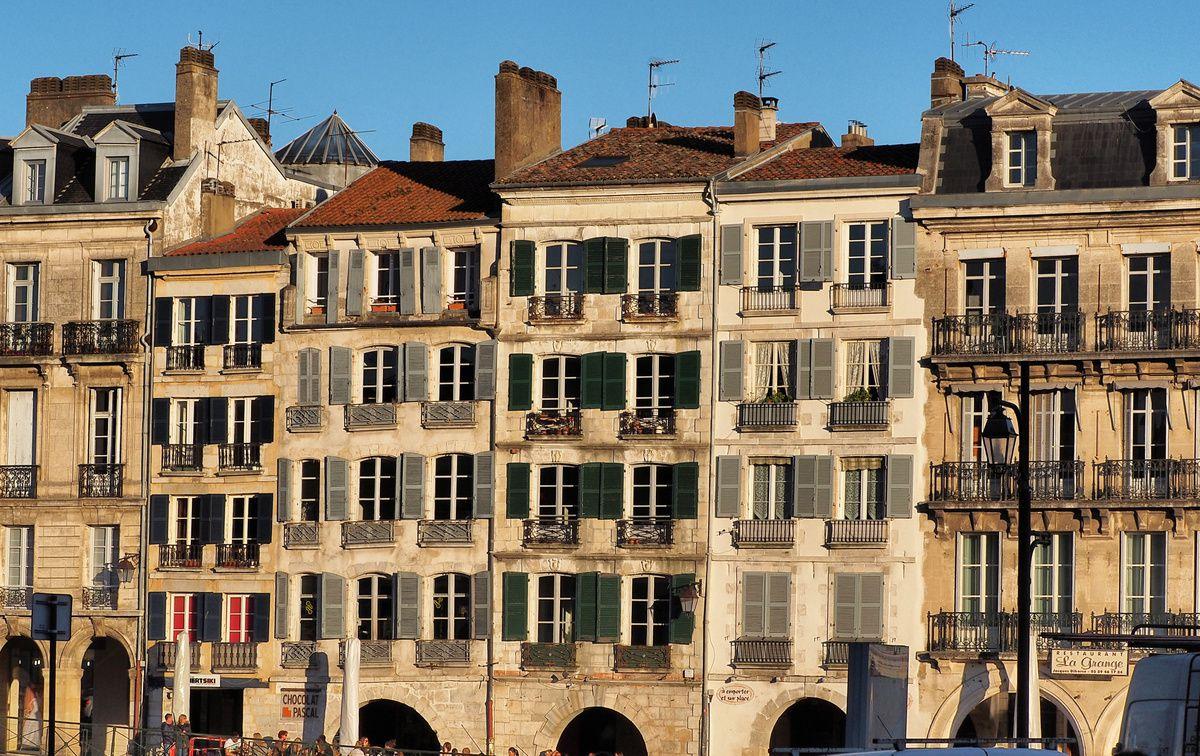 BAYONNE : magnifiques maisons le long de la Nive