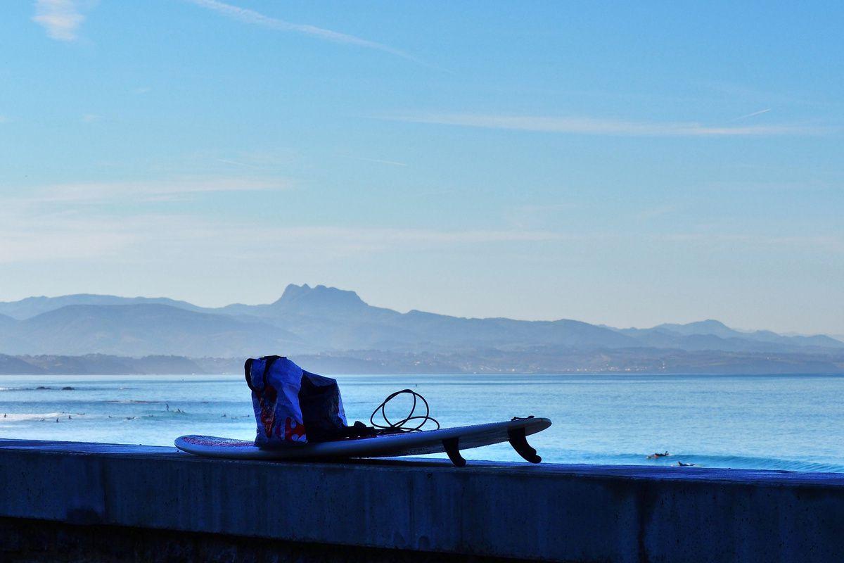 BIARRITZ, côte des basques : surf et détente sous le soleil