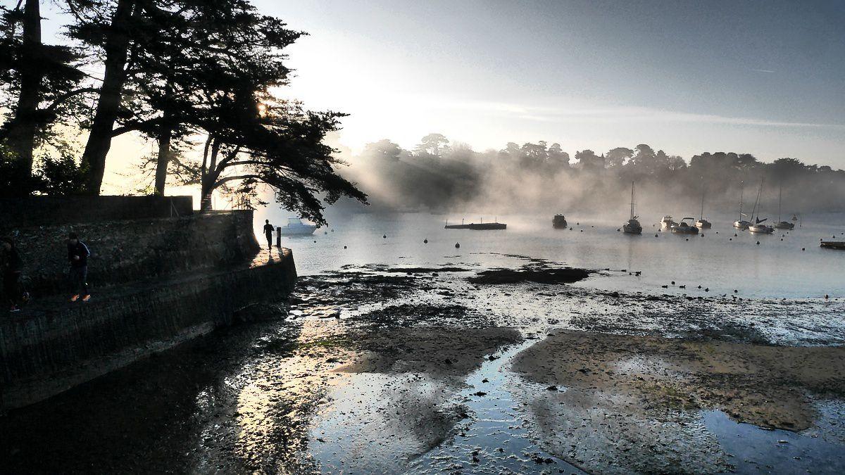 brouillard sur la plage du château