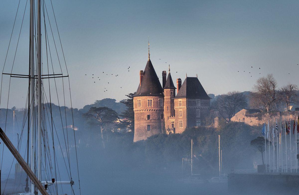 Lever de soleil sur le vieux port dans le brouillard