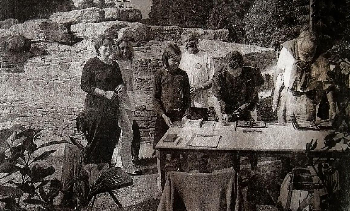 (La famille de Gilles Leroux et des membres de l'association devant le tumulus des Mousseaux)