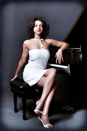 Khatia BUNIATISHVILI - piano ou essai photo pour la revue Play-Boy ?