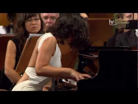 Khatia BUNIATISHVILI. Sexe - fesses - obus - regards aguicheurs ou dramatiques et le reste... Bach, Beethoven et les autres deviennent un prétexte à ce que l'interprètre se mette en scène elle-m'aime !