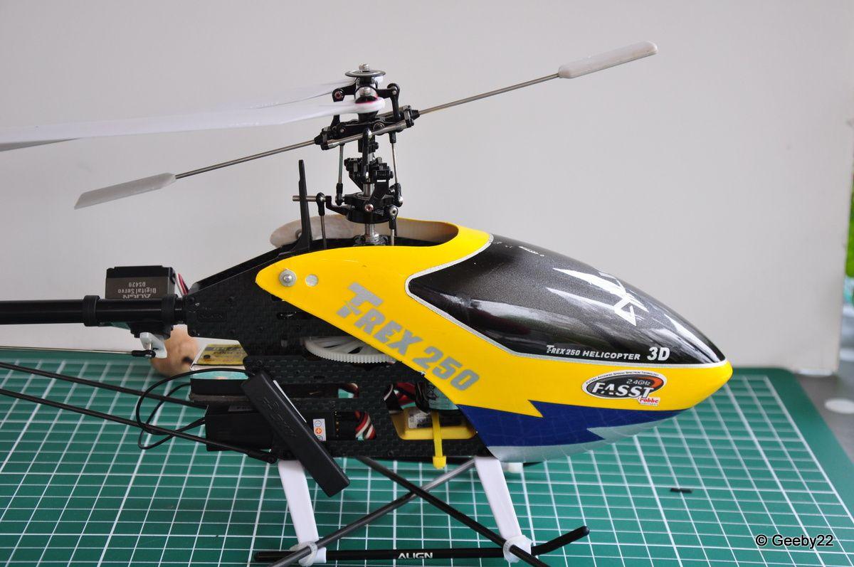 TREX 250 SE - vue sur le cockpit et la mécanique du rotor principal