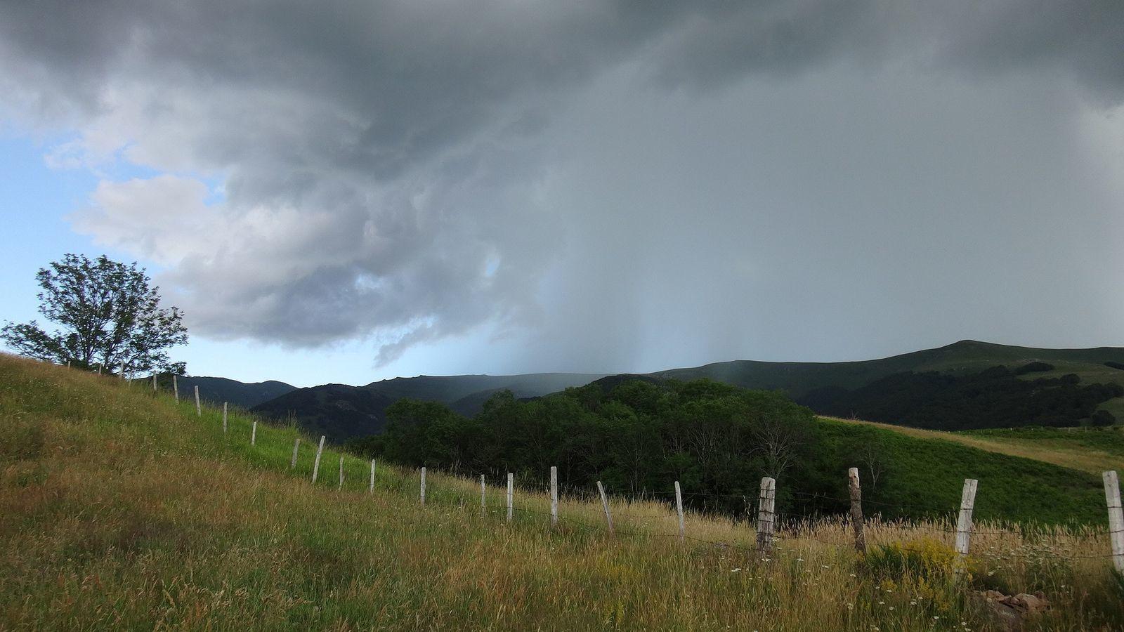 Pour couronner le tout voila l'orage, impossible de continuer sur le vélo à travers les paturages, ce sera une marche sans fin, ras le bol.
