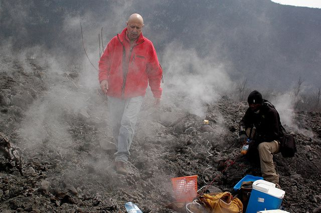 Nyamulagira 15/02/2014 - taking measurements and samples by volcanologists - photo MONUSCO .