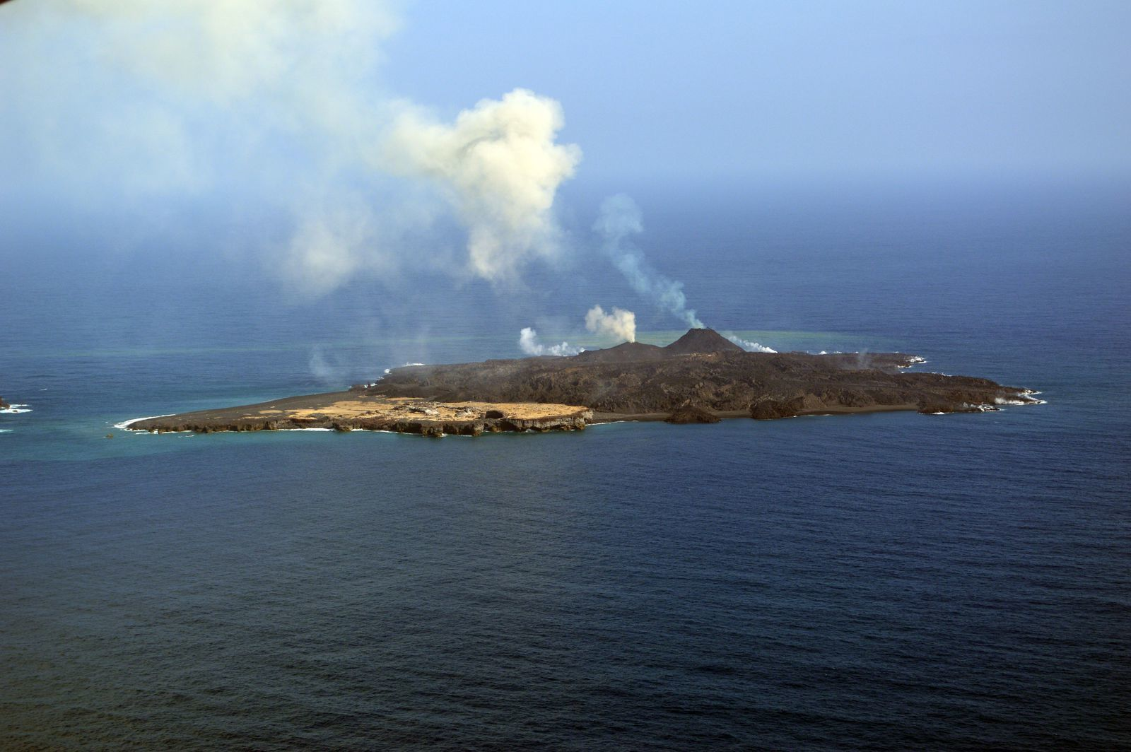 Nishino -shima 02/28/2014 - two cones are smoking / Degasing - Track the entry of lava flows into the ocean are visible on both sides - photo Japan Coast Guards