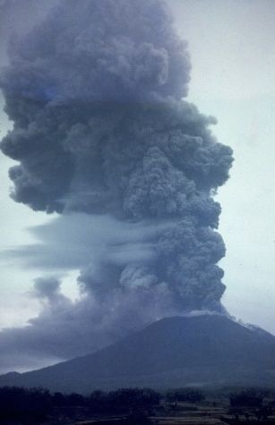Mai 1963 - éruption du Gunung Agung sur Bali  - photo D&#x3B;Mathews