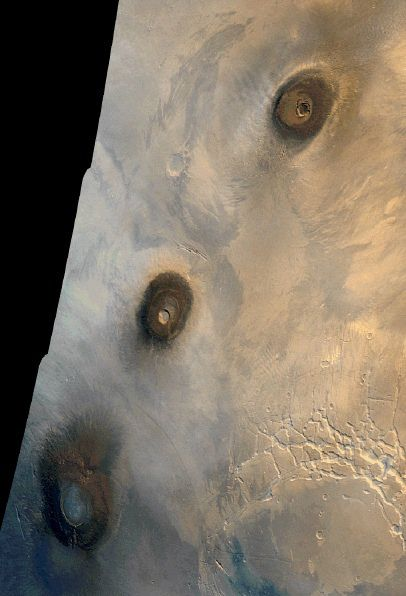 Tharsis mountains , February 22, 1980 . From bottom to top , the mountains Arsia , Pavonis and Ascraeus - Image reconstructed from a mozaïque of images captured by the Viking probe