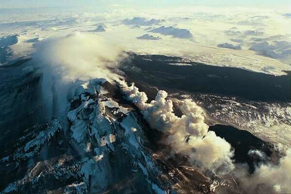 Hekla in eruption in 2000 - photo Sigurson Sidrasson / IMO