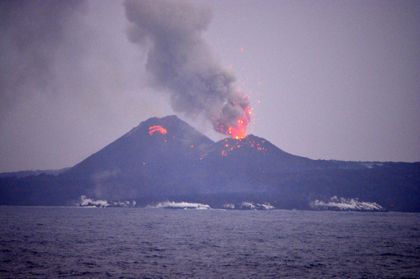 Nishino -shima 14/03/2014 - two cones with a strombolian activity  - photo Ryo Mochizuki / You Tube