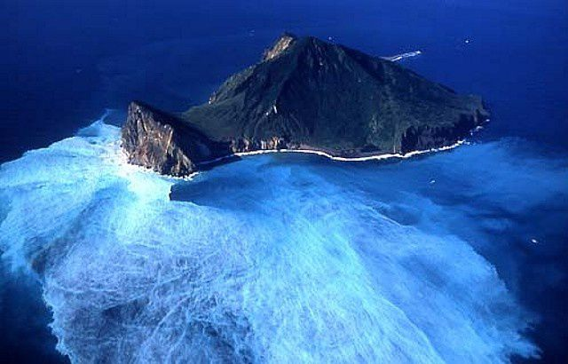 Discolouration of the waters around the island Guieshan due to underwater fumaroles - photo eng.taiwan.net.tw