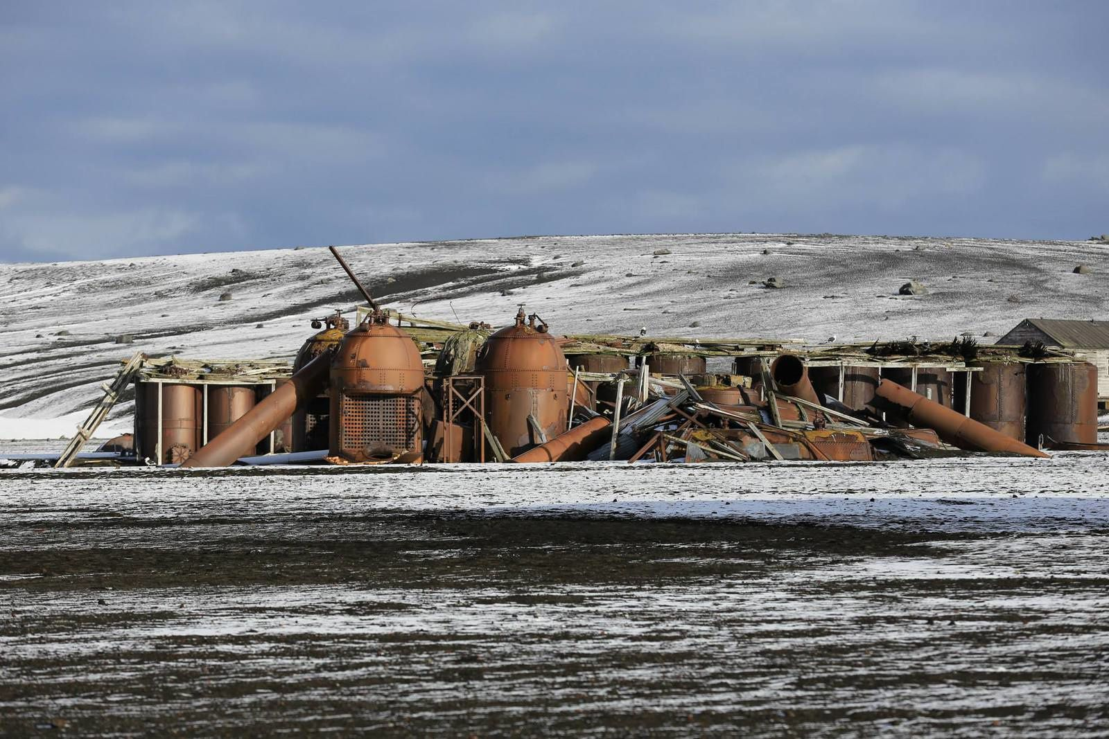 Deception island - ruins of whaling facilities - photo Antony Van Eeten 03.2014