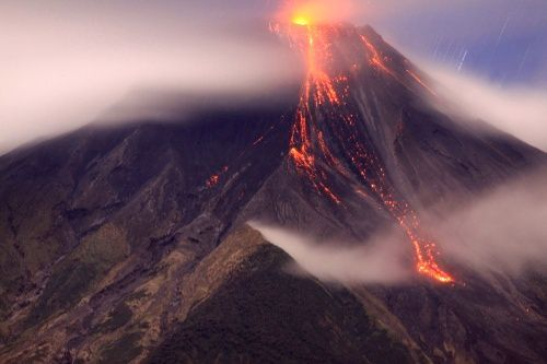 Tungurahua - 04.10.2014 / 10:03 p.m. - the lava flow is visible on the right of the photo - P.Ramon / IGEPN - OVT