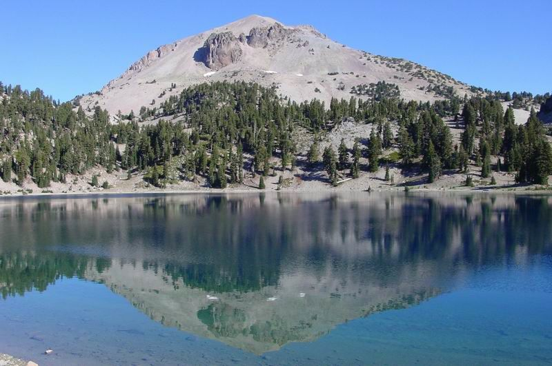 Le Lassen Peak se mirant dans l'Helen lake - photo Dimi Talen