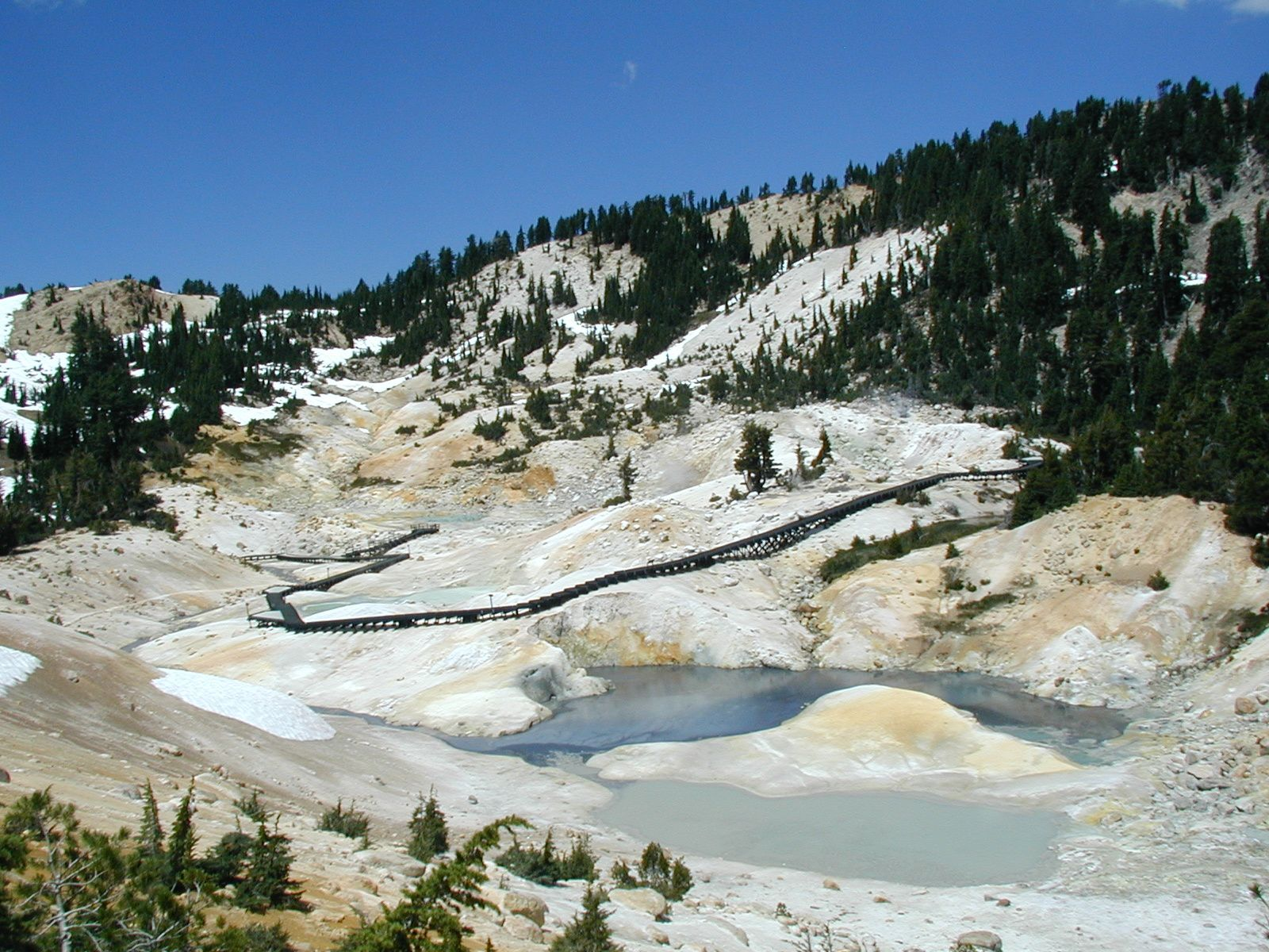Lassen Volcanic Center - Bumpass Hell hydrothermal area, vue de l'eastern approach trail - photo NPS