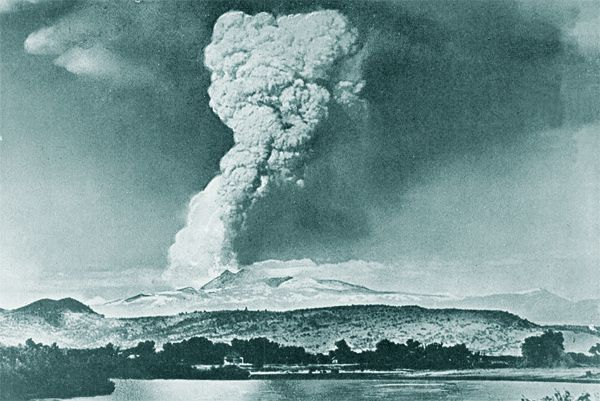 The subplinian plume from the eruption of Lassen Peak , the 22/05/1915 - photo R.E.Stinson