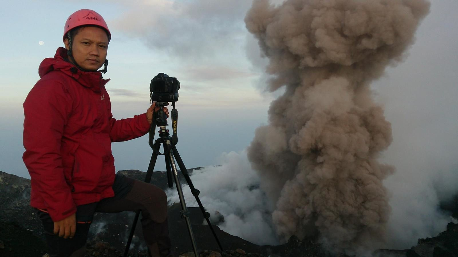 Ash venting au Slamet - 14.03.2014 - photo Andi / World Geographic Exkursionen