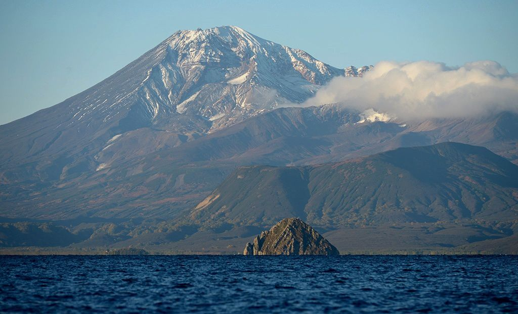 Kuril Lake - the dome Serdtze Alaida and the volcano Ilyinsky - photo Shpilenok / Live Journal