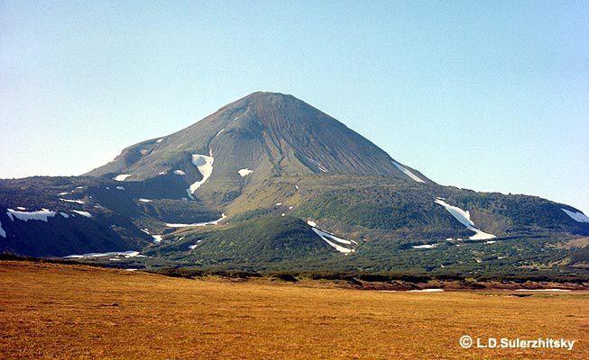 Ilyinsky et les coulées andésitiques épaisses de plus de 200 m. formées en l'an 50 - photo L.D. Sulerzhitsky  / KSCNET