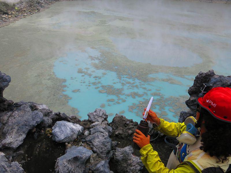Poas - échantillonnage en vue d'analyses de labo par le volcanologue Gino Gonzalez - photo Raul Mora / La Nacion