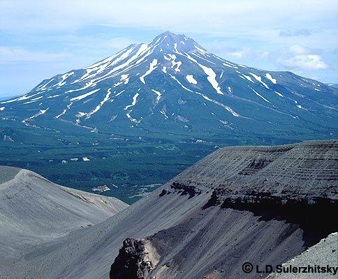 In the foreground, the inner wall of the flank maar of Ilyinski (1901) and Zheltovsky volcano in the background - photo Sulerzhitsky LD / KSCNET