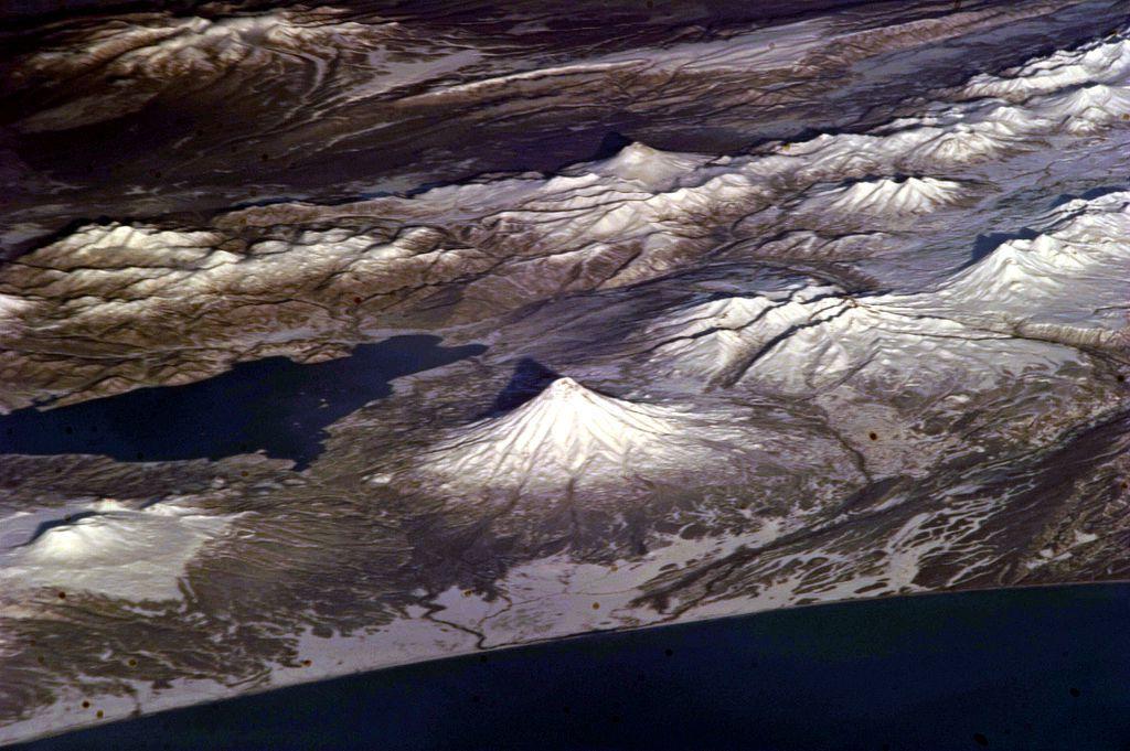 Au centre en bordure du Pacifique, le symétrique volcan Kronotsky et le lac du même nom, et à gauche, le Krasheninnikov - photo Nasa / ISS expedition 25 crew