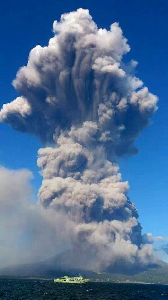 The eruptive plume of Sakurajima August 18, 2013 - photo Kyodo news / Twitter
