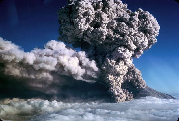 St Helens - a new explosion on 07.22.1980 / 7:02 - R.G. Bowen Photo / The Oregonian