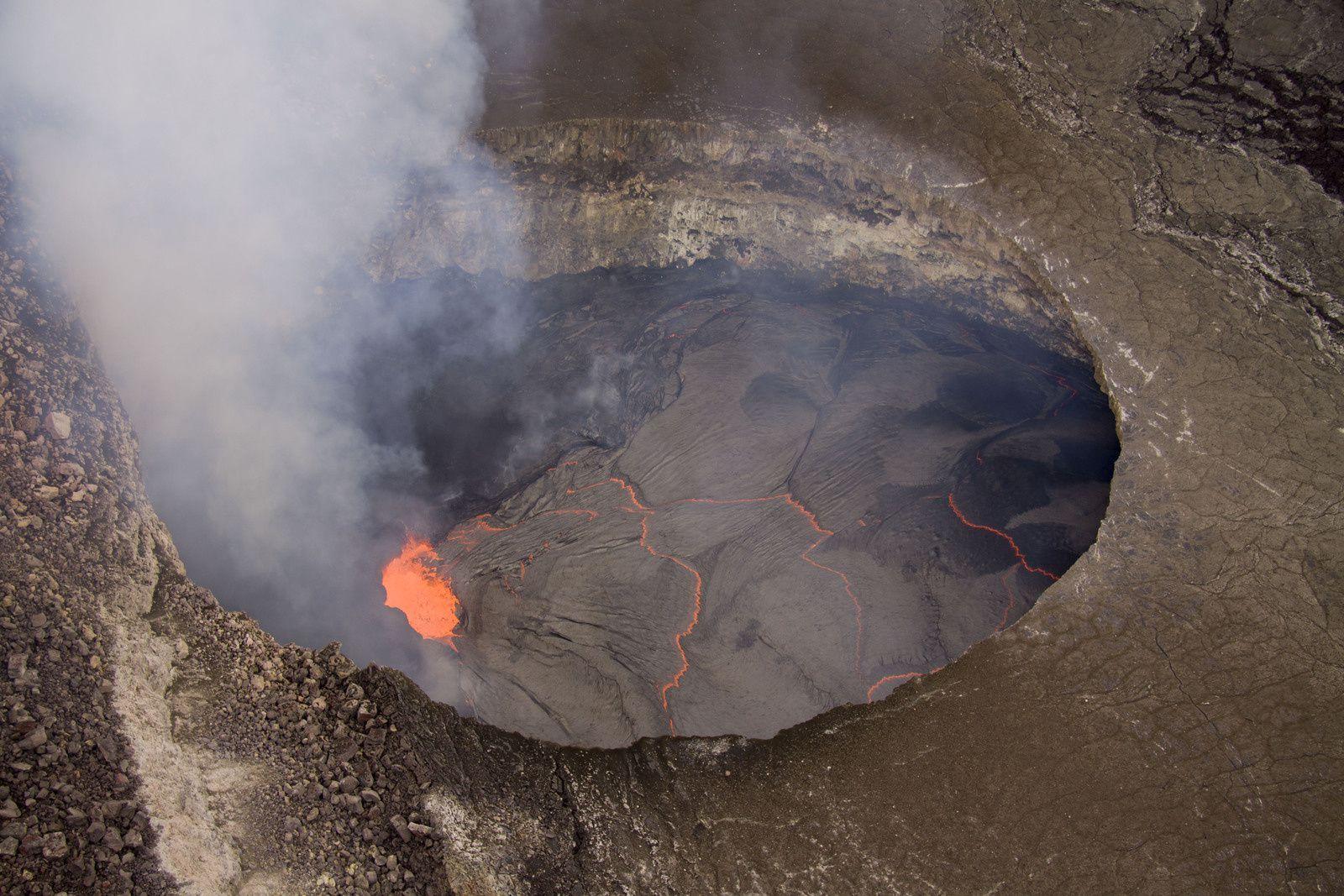 Kilauea - Le niveau du lac est à 50 mètres sous le bord du cratère Overlook, le 17.10.2012 - photo HVO-USGS