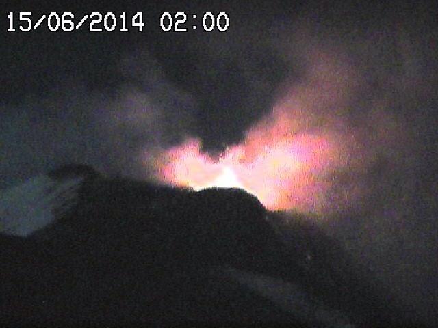 A gauche, activité du 14.06.2014 / 22h57 (webcam RS7) - à droite, le 15.06.2014 / 02h (webcam RS7)