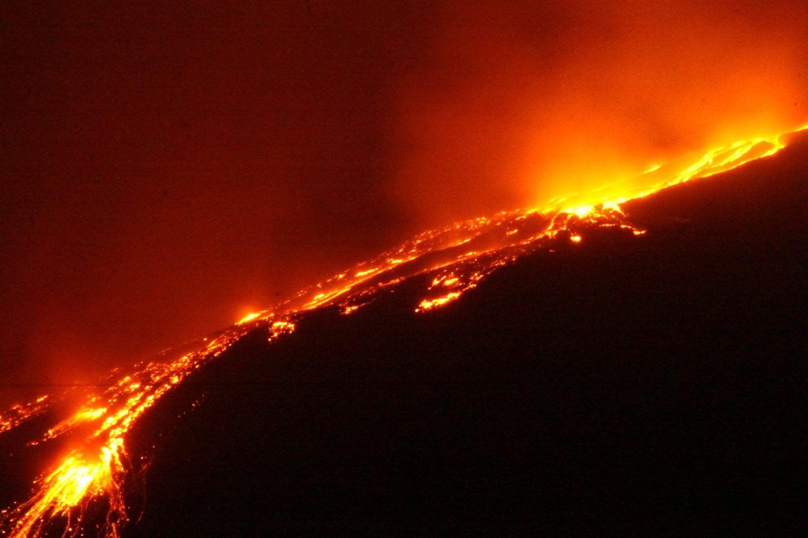 Etna - les coulées de lave sont bien alimentées - photo RossoEtna 15.06.2014 / 23h.