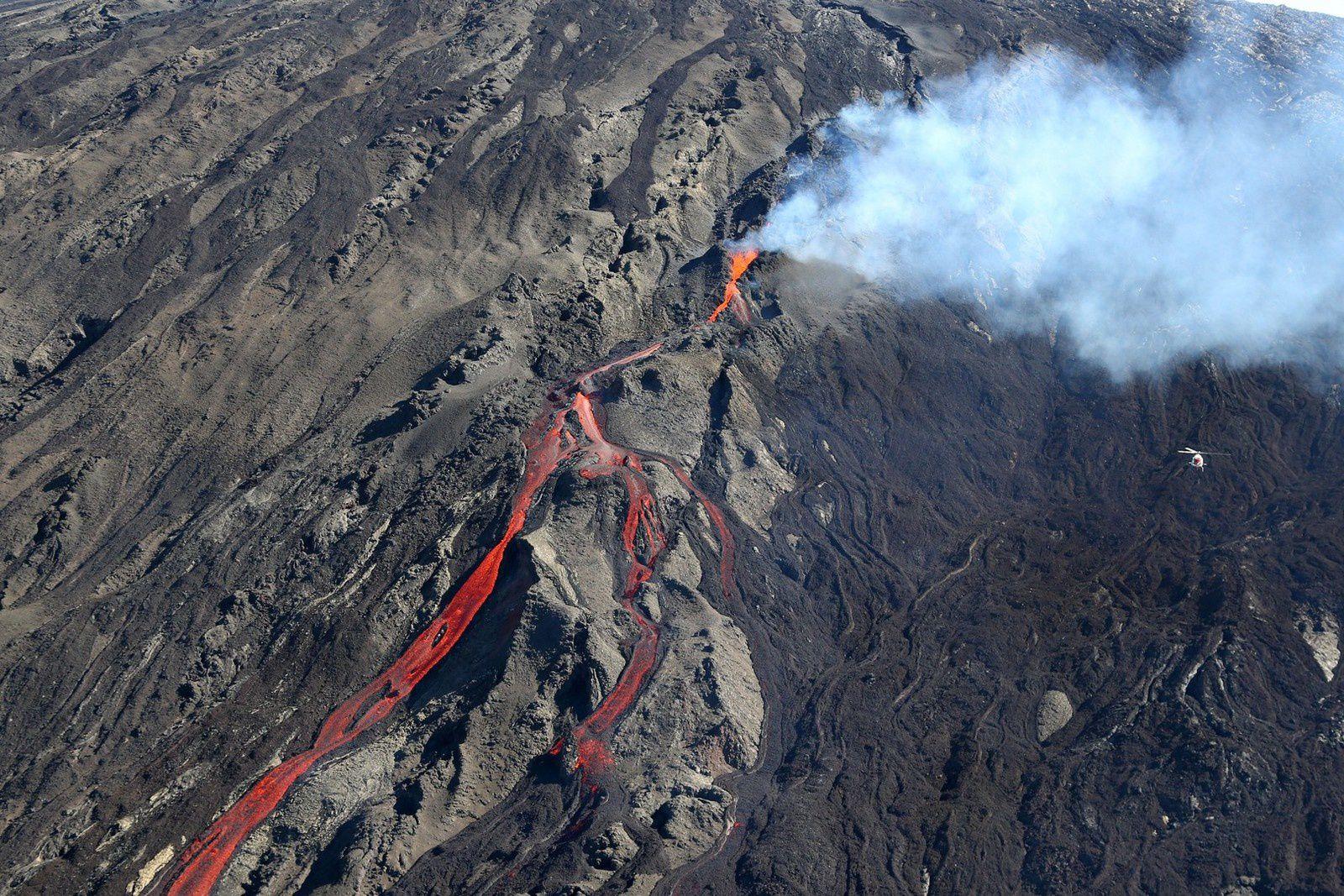 La Réunion - éruption du Piton de la Fournaise - 21.06.2014 - l'hélico à droite donne l'échelle - photo Richard Bouhet / AFP