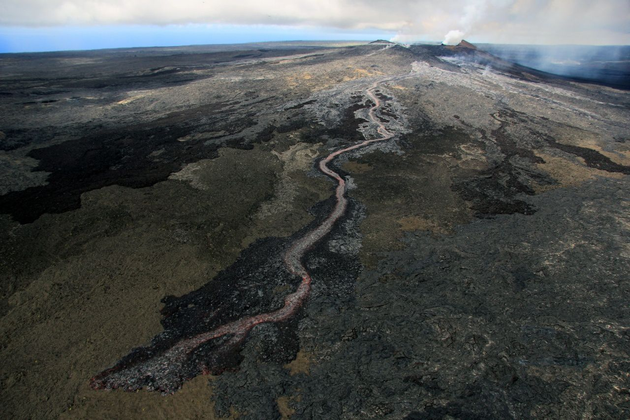 Pu'u O'o: this June 27, 2014, lava began to emerge through cracks on the NE flank of the cone. These new vents vigorously feed a short channeled flow that reaches 1,500 m NE of Pu'u O'o around 11. - Photo HVO