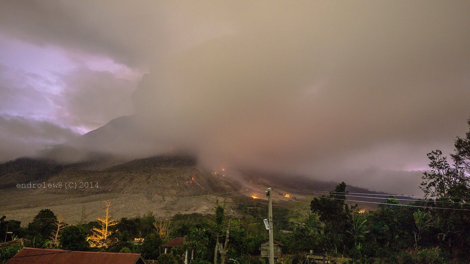 Sinabung - éruption du 29.06.2014 / 19h29 - photo Endrolewa / via Facebook