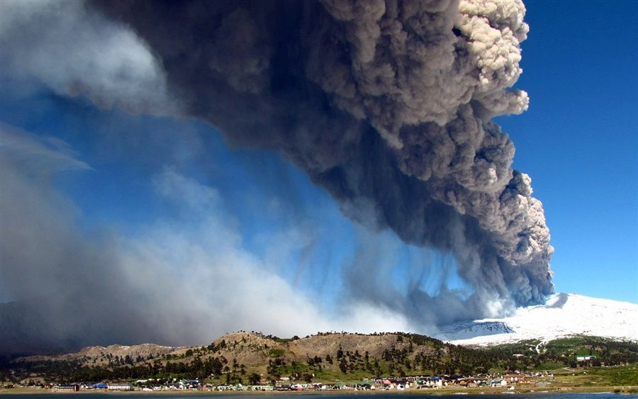 Copahue - eruptive plume 22.12.2012 - photo Antonio Huglich / AFP / NBC News