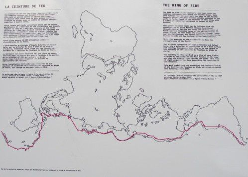 Animation above: Dymaxion map - doc. Chris Rywalt - image below: the red line follows the way of the Pacific Ring of Fire of  Buckminster Fuller - Doc.Overblog / Archéologie du fiutur , archéologie du quotidien.