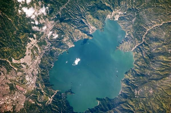 The caldera and Lake Ilopango - photo Nasa