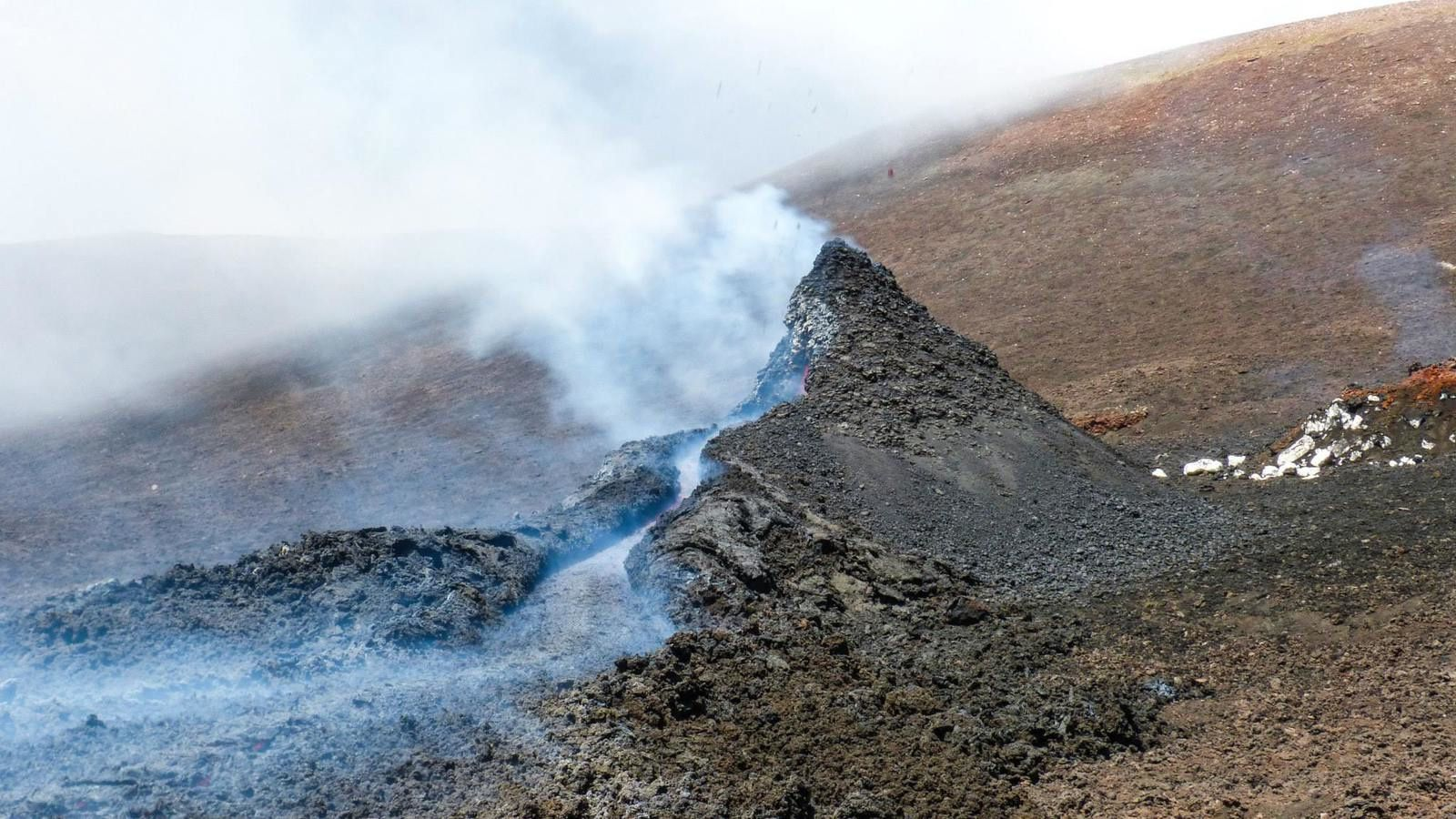 Etna - The hornito at the base of the northeast crater is feeding a small lava flow -  photo Gio Giusa / Biagio Ragonese (Guida Alpina dell Etna)
