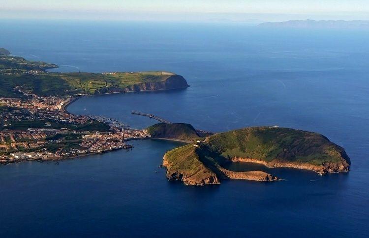 Faial / Açores - à droite, le Monte da Guia - à gauche, le port d'Horta - photo océans-évasion