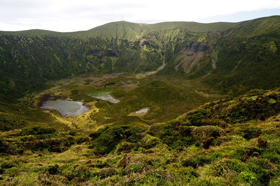 Faial / Azores - the caldera of the volcano Caldera, and Capelo, a post-caldera cone (in the center of the photo) - Photo Geoparque Azores.