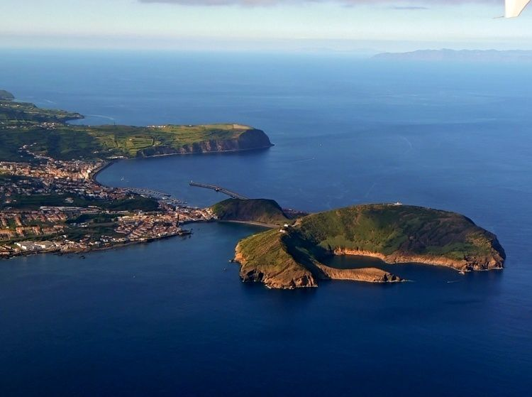 Faial / Azores - right, Monte da Guia - left, the harbor of Horta - photo océans-évasion