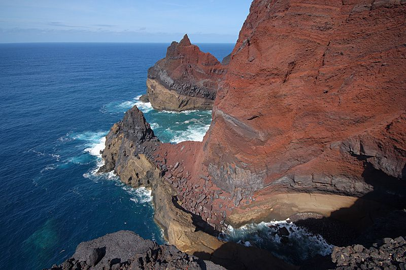 Faial - Vulcão dos Capelinhos - NO tip eroded - layers of lava and dykes (bluish) among the red ash - photo courtesy of Marco Fulle / Stromboli on line
