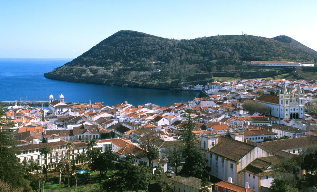 Terceira / Açores - le port et la ville d'Angra do  Heroismo, dominés par le cône du Monte Brasil - photo travelpost.noble-caledonia.co.uk