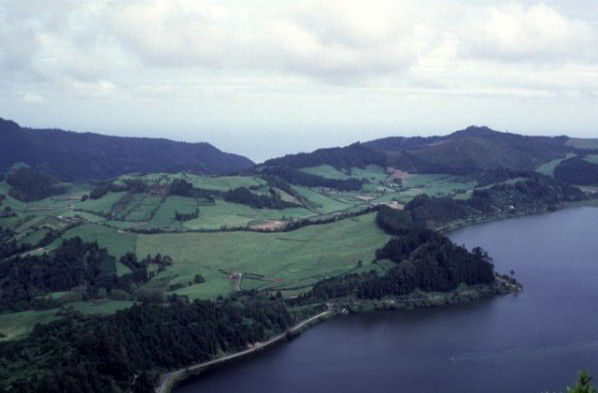 Azores - São Miguel - Furnas volcano: the dome of the Pico do Gaspar is encircled by a line of trees (between the lake and the summit lava dome) which marks the edge of the ring of pumice. - Photo Rick Wunderman / Smithsonian institute.