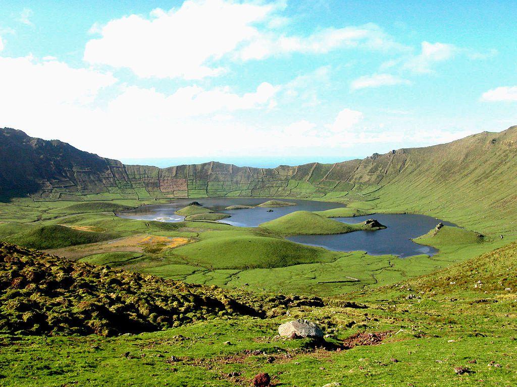 Corvo / Açores - la Caldeirão de Monte Gordo -  les champs cultivés tapissent les parois intérieures de la caldeira - photo José Luís Ávila Silveira-Pedro Noronha e Costa