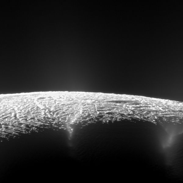 Enceladus - view along the fractures at the south pole, expelling geysers of water and ice - Photo NASA / JPL-Caltech / Space Science Institute.