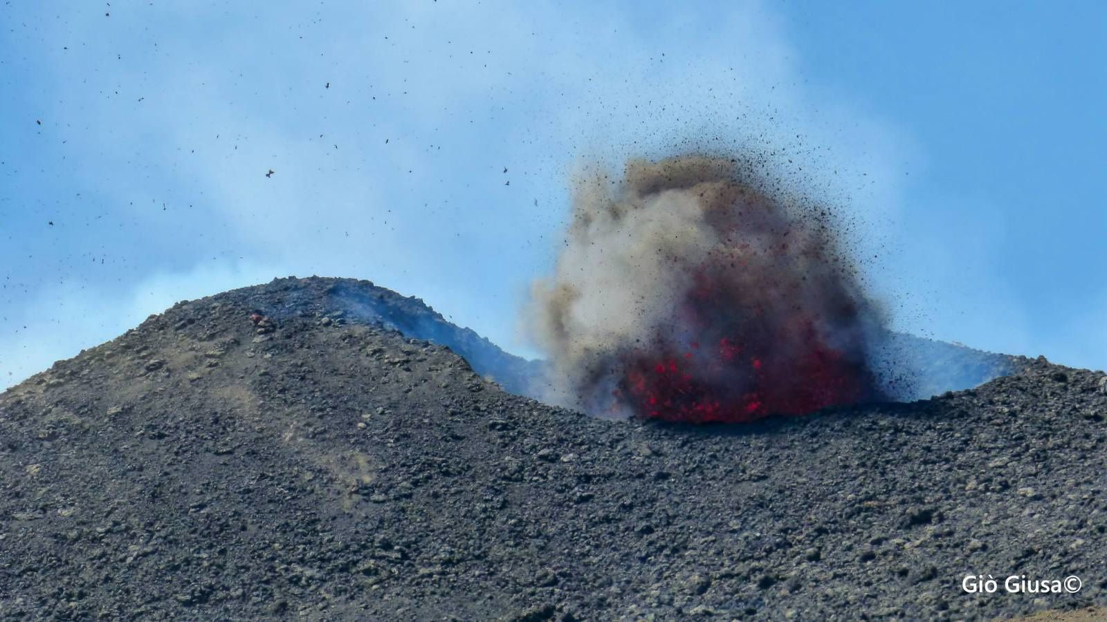 Etna NEC : on the eruptive fissure at 3150 m altitude, the 08/02/2014 -. photo Gio Giusa